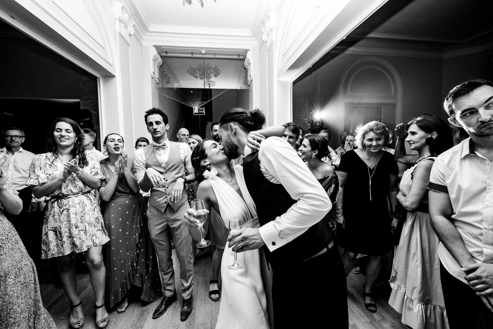 kiss-baiser-mariage-couple-bride-groom-lieu-reception-salle-chateau-provence-venue-south-france-aix-marseille-maries-mariee-robe-salon-lancon