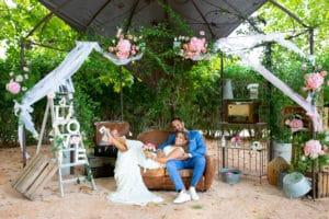 couple-maries-mariee-canape-gloriette-mariage-covid-aller-jusquau-bout-wedding