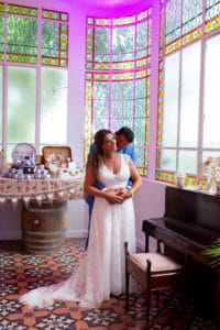 couple-maries-verriere-mariage-covid-aller-jusquau-bout-wedding