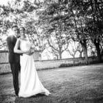 se-marier-pendant-la-covid-maries-robe-parc-bride-groom