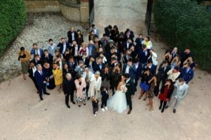 entourer-bons-prestataires-mariage-couple-maries-groupe-famille