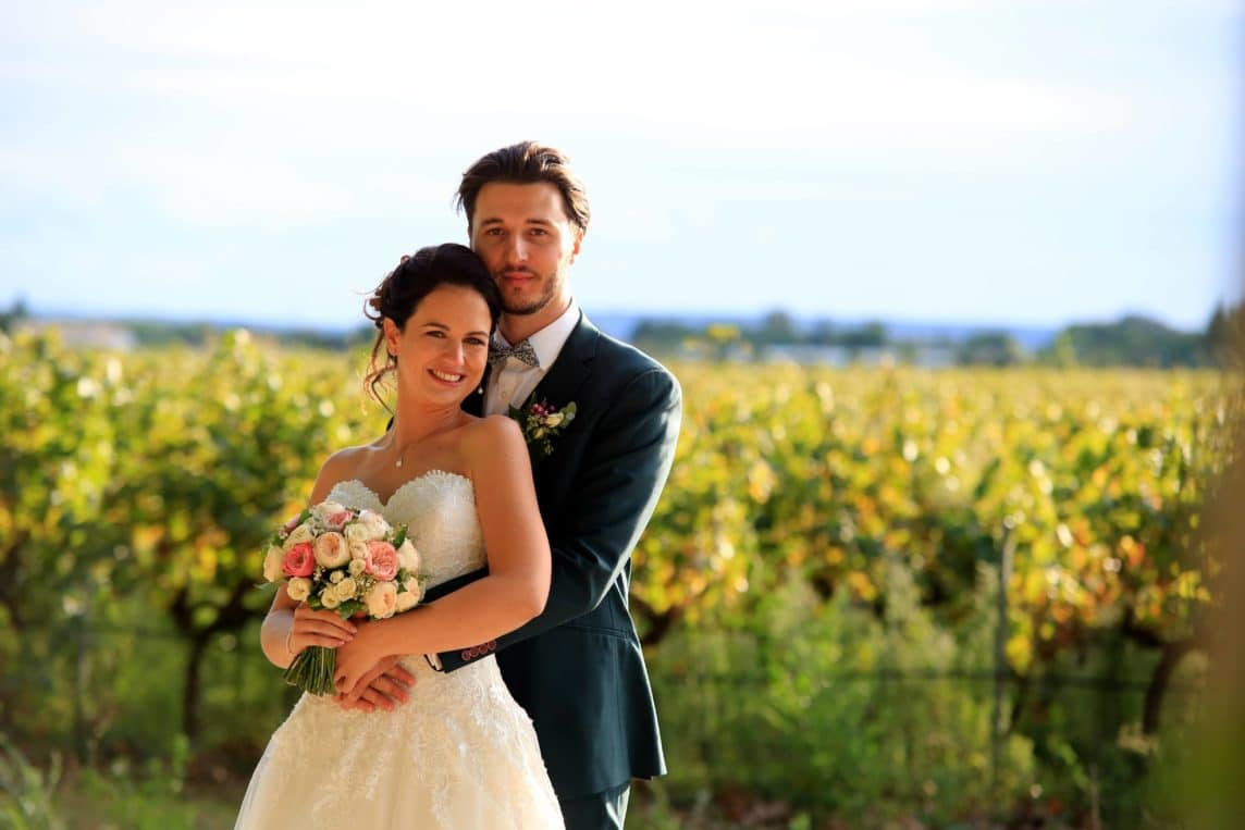 entourer-bons-prestataires-mariage-couple-maries-bouquet-vigne