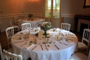 entourer-bons-prestataires-mariage-couple-maries-table-noce-decoration