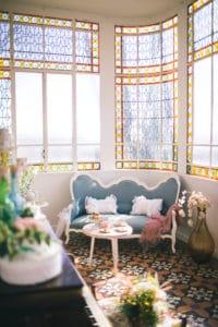 canape-verriere-chateau-mariage-inspiration-chronique-serie-bridgerton-printemps-lieu-reception-provence