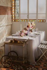 wedding-planner-femme-robe-mariee-table-verriere