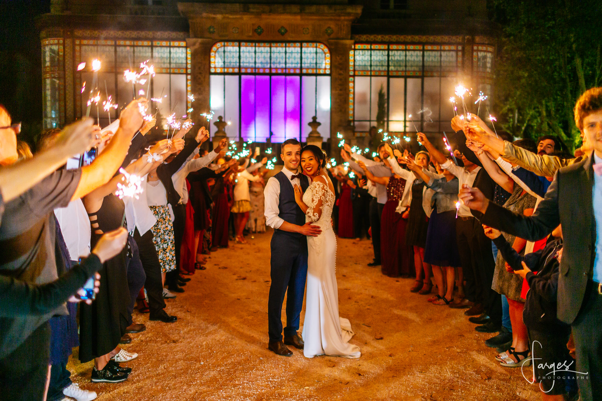 maries-mariage-wedding-bride-groom-wedding-sparklers-verriere-vitraux-allee-honneur-provence-aix-salon-13