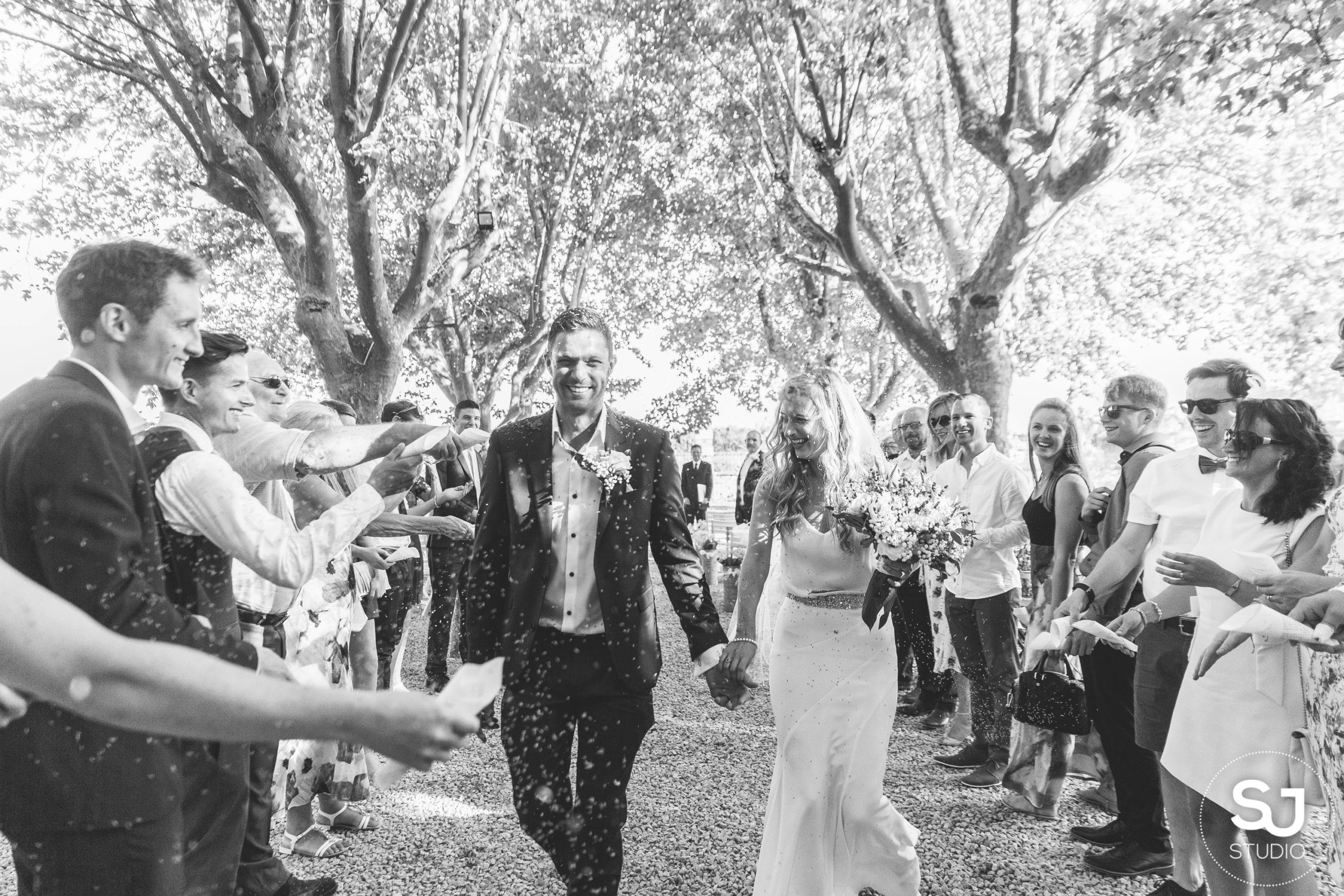 wedding-provence-pmariage-couple-bride-groom-mries-sourire-parc-platanes-south-france-13