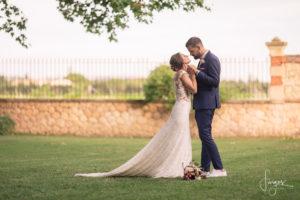 couple-maries-bride-groom-parc-chateau-provence-wines-13-aix-marseille-lancon-lieu-reception-provence