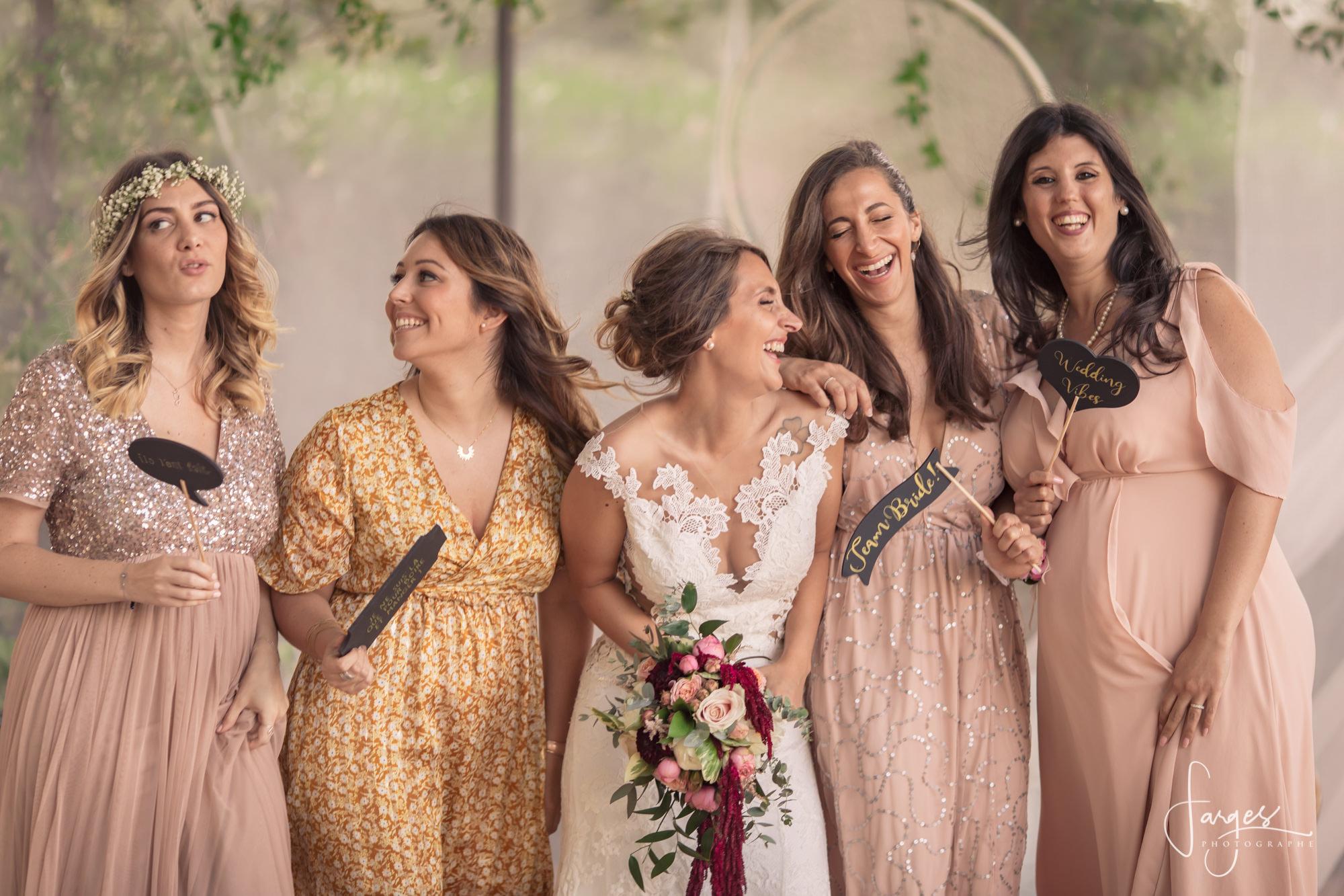 mariage-image-provence-bride-mariee-demoiselles-honneur-rire-lieu-reception-13